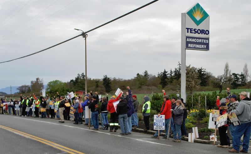 USW-Tesoro-refinery-15Mar21-crowd-fist
